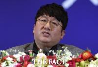 [TF포토] 모교 서울대 졸업식 축사하는 방시혁 대표