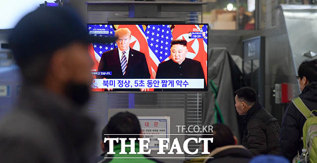 제2차 북미정상회담이 열린 27일 오후 서울 동대문구 전농동 청량리역에서 시민들이 트럼프 대통령과 김정은 국무위원장이 만나는 장면을 중계하는 뉴스 속보를 시청하고 있다. /김세정 기자