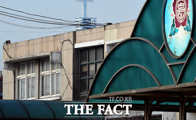 아파트 인근 송현초등학교에서도 균열을 발견할 수 있었다.