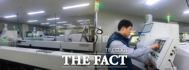워랜텍은 연매출 100억 원을 낼 수 있는 생산시설을 갖추고 있다. 최근 3개의 CNC선반 설비를 추가해 총 12개 설비를 보유하고 있다. 오른쪽 사진은 워랜텍 직원이 설비를 정검 중인 모습. /성남=정소양 기자