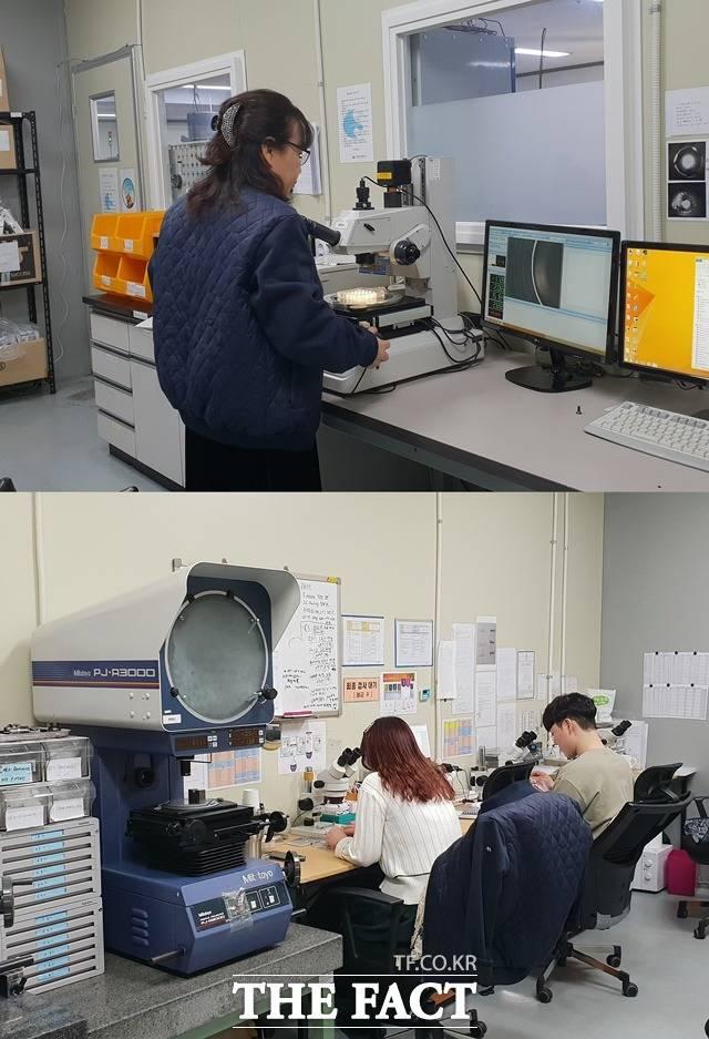 직원들이 검사실에서 제품 치수검사를 하고 있다. 워랜텍에 따르면 치수검사는 샘플링으로 진행하며, 체결검사 경우 전수검사를 하고 있다. /성남=정소양 기자