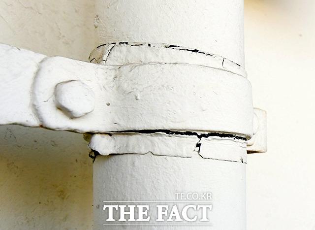 외부로 연결된 일부 가스 배관의 경우 뒤틀림을 육안으로 확인할 수 있다.