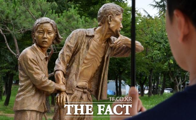 강제징용된 조선인 노동자들을 기리는 일제강점기 징용노동자상이 인천 부평공원에서 비장함을 보이고 있다. /부평=이덕인기자