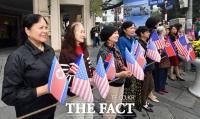 [TF포토] '북미정상회담 환영하는 베트남 시민들'