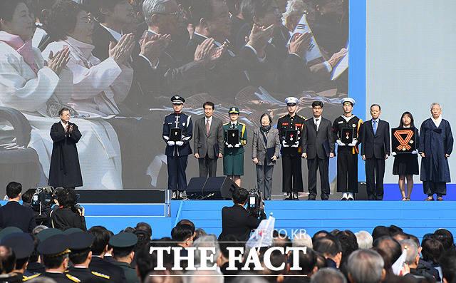 기념사진 촬영하는 건국훈장 수상자들