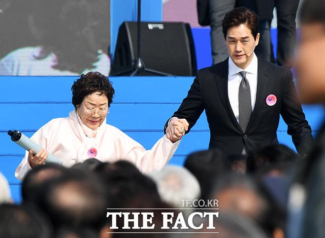 제100주년 3.1절 기념식이 1일 오전 서울 광화문 광장에서 열린 가운데 독립선언서 낭독을 마친 일본군 위안부 피해자 이용수 할머니(왼쪽)와 배우 유지태가 손을 잡고 무대를 내려오고 있다. / 배정한 기자
