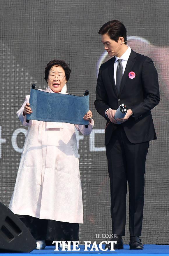 독립선언서 낭독하는 일본군 위안부 피해자 이용수 할머니(왼쪽)