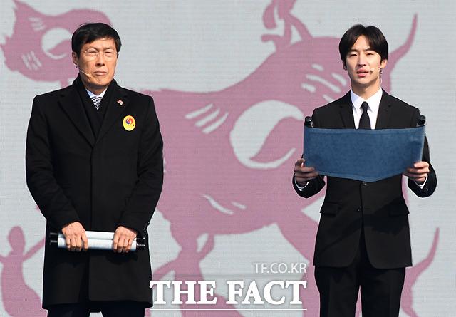 독립선언서를 낭독하는 차범근 전 감독(왼쪽)과 배우 이제훈