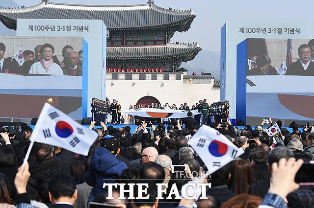 문재인 대통령(왼쪽)과 부인 김정숙 여사가 1일 오전 서울 광화문 광장에서 열린 제100주년 3.1절 기념식에서 진관사 태극기를 앞세우고 행진을 하고 있다. / 배정한 기자