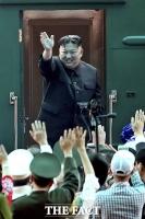 [TF포토] 평양행 기차에 오르는 김정은 위원장