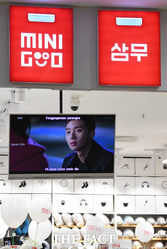 매장 내부에는 한국 음악과 한국 영상을 재생하며 마치 한국기업임을 광고하고 있다.