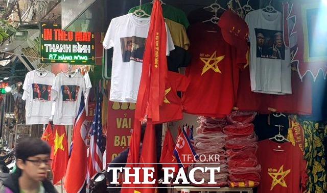옷가게들은 김정은 북한 국무위원장과 도널드 트럼프 미국 대통령의 얼굴이 그려진 하노이 회담 기념 티셔츠를 판매하고 있었다. 한 상점에 걸린 북미 정상 프린팅 티셔츠. /이원석 기자