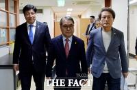 [TF포토] 기자회견장 들어서는 도성훈-이재정-조희연 교육감