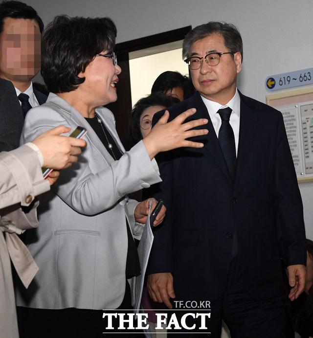 이혜훈 정보위원장과 대화 나누며 회의장 향하는 서훈 국정원장