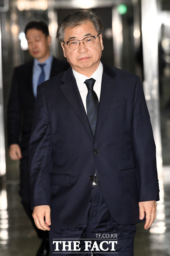 정보위원회 전체회의에 앞서 정보위원장실로 향하는 서훈 국가정보원장