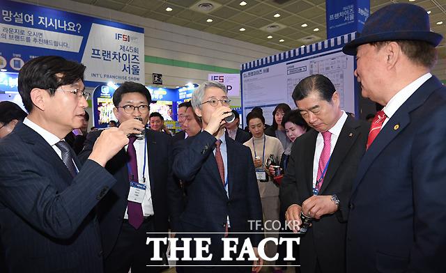 박람회장을 찾은 이동원 코엑스 사장(왼쪽에서 두번째)