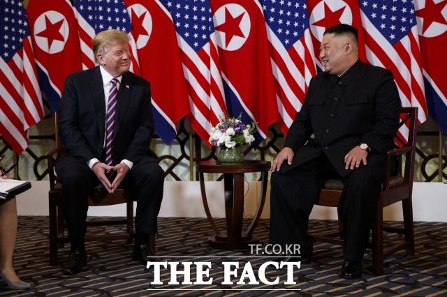 전문가들의 제2차 북미정상회담 결렬에 대한 분석은 엇갈렸다. 사진은 도널드 트럼프 미국 대통령(왼쪽)과 김정은 북한 국무위원장이 지난달 27일 베트남 하노이 메트로폴 호텔에서 만나 대화를 나누는 모습. /하노이(베트남)=AP·뉴시스