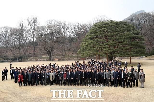청와대 출입기자들이 6일 오후 청와대 경내 녹지원에서 기념촬영을 하고 있다. /청와대 제공