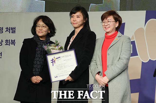 백미순 여성연합 상임대표와 서 검사, 김언경 민주언론시민연합 사무처장(왼쪽부터)