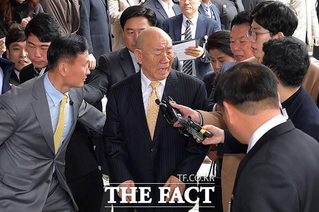 5·18 민주화운동 관련자의 명예를 훼손한 혐의로 기소된 전두환 전 대통령이 11일 오후 광주 동구 광주지방법원 에 도착해 법정으로 향하는 도중 기자의 질문에 버럭 화내고 있다./광주=임세준 기자