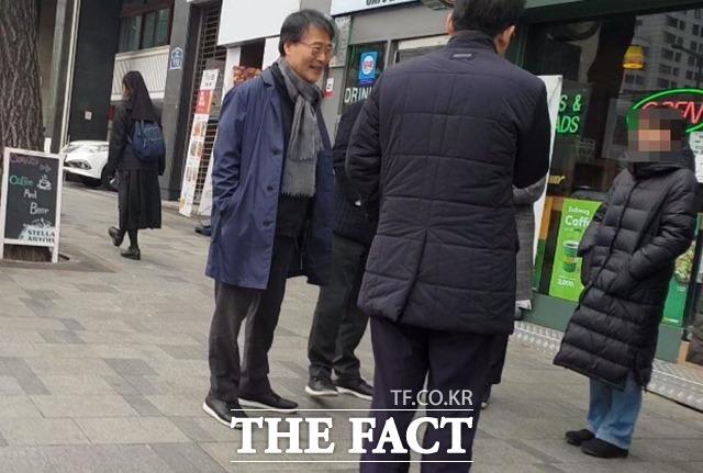 과거 동료로 보이는 이들과 만나 반갑게 인사를 나누는 장하성 내정자. /이원석 기자