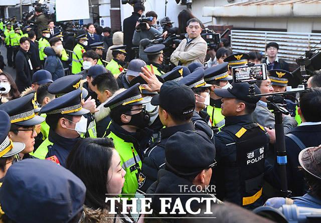 11일 오전 서울 서대문구 연희동 전두환 전 대통령의 자택에 앞에 경찰과 취재진들이 대기하고 있다. /이동률 기자