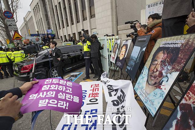 5·18 민주화운동 관련자의 명예를 훼손한 혐의로 기소된 전두환 전 대통령의 차량이 11일 오후 광주 동구 광주지방법원으로 들어가고 있다. /광주=임세준 기자