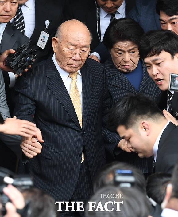 5·18 민주화운동 관련자의 명예를 훼손한 혐의로 기소된 전두환 전 대통령(왼쪽)과 이순자 여사가 11일 오후 광주 동구 광주지방법원에서 열린 재판을 마치고 차량에 오르고 있다. /광주=임세준 기자