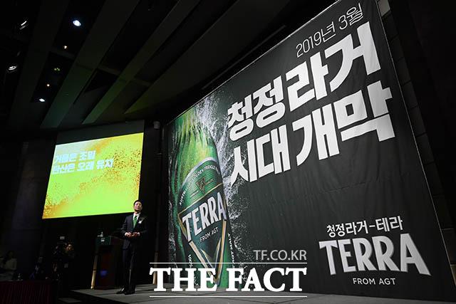 하이트진로의 맥주 신제품 청정라거 - 테라(TERRA) 출시 기념 기자간담회가 13일 오전 서울 중구 소공동 웨스틴조선호텔에서 열린 가운데 하이트진로 오성택 상무가 제품 발표를 하고 있다. /김세정 기자