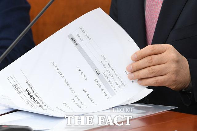 황 대표가 살펴보고 있는 최고위원회의 자료. 문서에는 비공개로 전환 뒤 좌파독재저지특별위원회 구성(안) 등의 안건이 상정돼 있다.