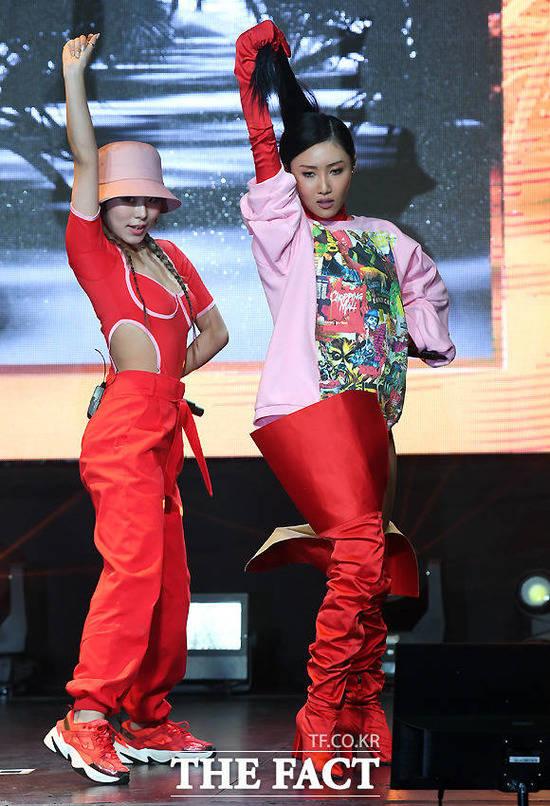 마마무 멤버 화사와 솔라가 쇼케이스에서 언급한 포니테일 춤. /이새롬 기자