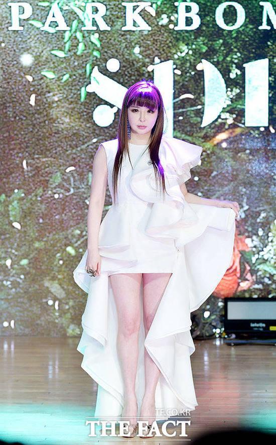 가수 박봄이 13일 발매한 새 싱글 Spring 타이틀곡 봄이 14일 오전 각종 음원차트 상위권을 기록하고 있다. /이덕인 기자