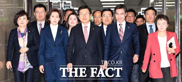 자유한국당 최고위원회의 참석하는 나경원 원내대표(왼쪽에서 세 번째)와 황교안 대표(가운데), 당 지도부
