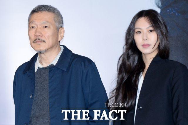 홍상수 감독(왼쪽)과 김민희가 2년 전 영화 밤의 해변에서 혼자 언론시사회에 참석한 모습. 두 사람은 2년 째 은둔생황을 하고 있다. /더팩트DB
