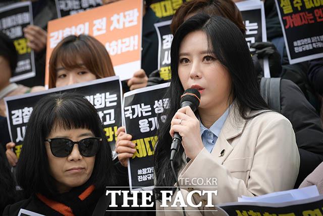 발언하는 배우 윤지오(오른쪽)