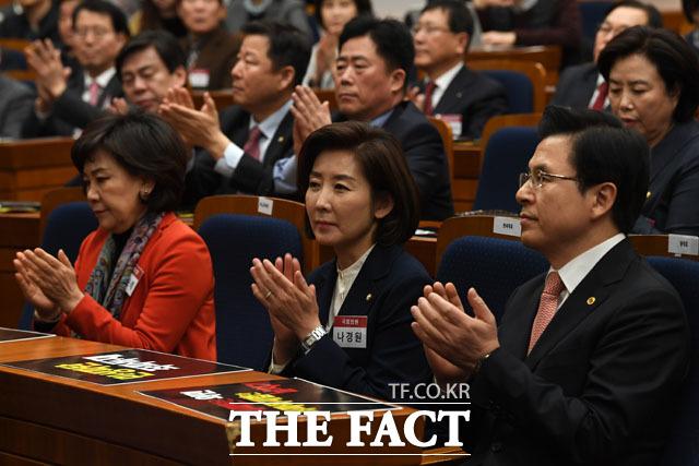 박수치는 김순례 최고위원, 나경원 원내대표, 황교안 대표(왼쪽부터)
