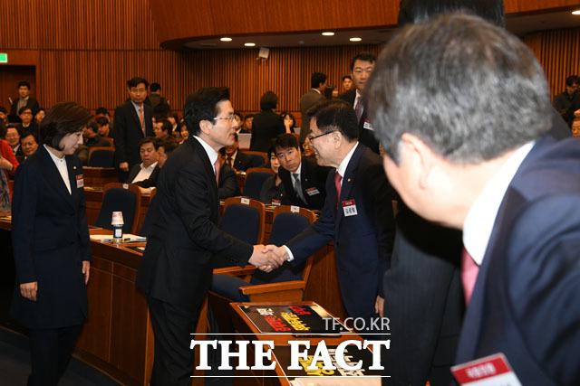 김광림 최고위원(왼쪽에서 세 번째)과 악수 나누는 황 대표