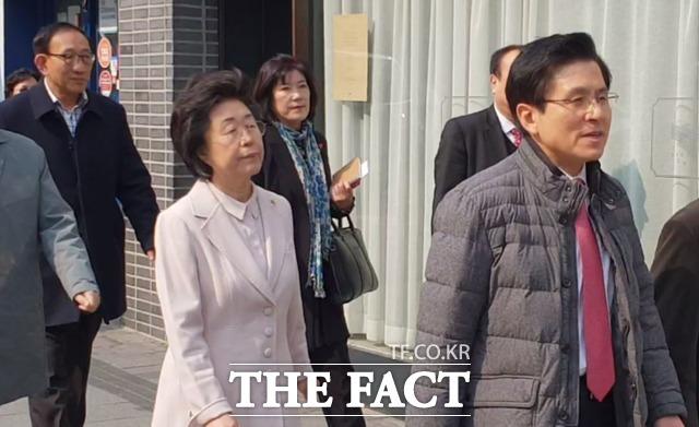 황교안 자유한국당 대표가 19일 홍익대학교 인근 상가를 둘러보며 상인들 목소리를 청취한 가운데 당 대외협력위원장인 이은재 의원도 동행했다. /마포=이원석 기자