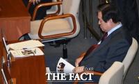 [TF포토] 자료 읽다 잠들어버린 김무성 의원