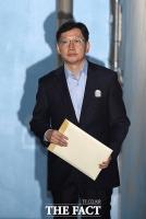 [TF포토] 항소심 마친 김경수, '굳은 표정으로 나서는 법원'