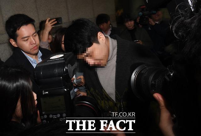 마약투약 및 유통 의혹을 받는 버닝썬 클럽 이문호 대표가 19일 오전 서울 서초구 서울중앙지방법원에 영장실질심사를 받기 위해 출석하고 있다./이새롬 기자