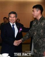 [TF포토] 장병 격려하는 정경두 국방장관