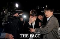 [TF포토] '영장 기각'…취재진 피해 귀가하는 버닝썬 이사 장 모 씨