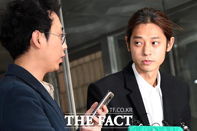 불법 촬영 및 유포 혐의를 받고 있는 가수 정준영이 21일 오전 서울중앙지방법원에서 열리는 영장실질심사에 출석해 고개를 숙인채 입장을 발표하고 있다. /남용희 기자