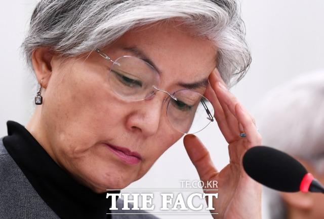 강경화 외교부 장관의 21일 남북경협특위에서의 발언이 논란이 되고 있다. 지난 종합국정감사에 출석해 고심하고 있는 모습. /이새롬 기자