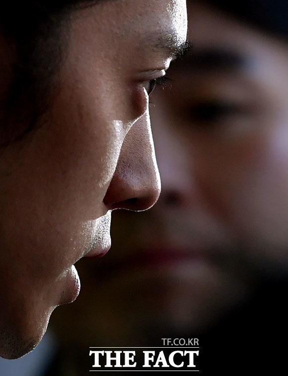성관계 장면을 불법 촬영해 유포한 혐의를 받고 있는 가수 정준영이 15일 오전 서울 종로구 내자동 서울지방경찰청 광역수사대에서 조사를 마친 뒤 취재진과 질의응답을 하고 있다. /이덕인 기자