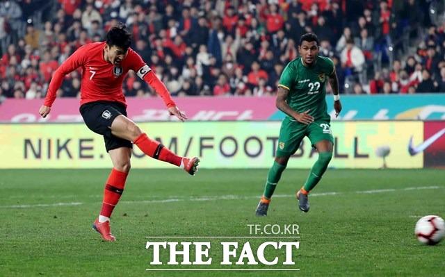 손흥민이 볼리비아전에서 오른발 슛을 날렸으나 골문을 열지 못 했다./울산=뉴시스