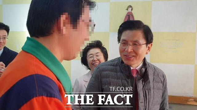 황교안 자유한국당 대표가 지난 19일 홍대 인근 상권을 방문한 가운데 한 식당 주인과 대화를 나누며 웃는 모습. /이원석 기자