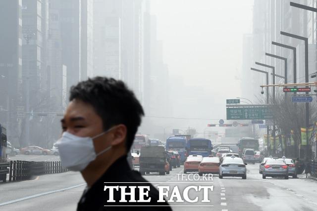 수도권에 닷새째 미세먼지 비상저감조치가 발령된 5일 오전 서울 도심 일대가 미세먼지의 영향으로 답답한 모습을 보이고 있다./이동률 기자