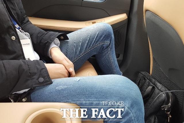신형 쏘나타의 경우 뒷좌석에 신장 180cm의 성인 남성이 앉았을 때 주먹 2개가 들어갈 정도의 무릎공간이 확보된다. /서재근 기자